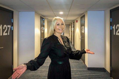 GJENÅPNER: Hotelldirektør Marlene Storeng Pedersen ser frem til å fylle opp hotellet og har stor tro på fremtiden.