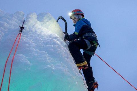 Til topps: Mikkel Jacobsen (7) er ikke ukjent med klatresporten. Men det spesielle med å klatre is hadde han ikke forsøkt før. Derfor var han blant de første i køen for å teste ut isklatreskulpturen som er en del av tilbudet i Elvedalen i forbindelse med Arctic Kids basecamp. På topptau fant Mikkel fort teknikken og hogg seg til topps.