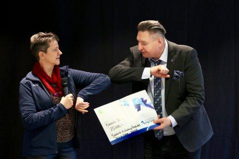Dåpsgave: Alfhild Larsen fra Sparebanken Narvik hadde med seg ytterligere én gave til åpningen av kulturhuset og biblioteket i Kjøpsvik. Rune Edvardsen fikk overrakt en sjekk på 25 000 kroner, penger som er øremerket for barn og ungdom.