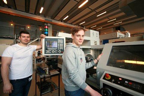 DRØMMEOPPHOLD: Vegard Olsen (17) fra Bjerkvik har alltid hatt en lidenskap for maskiner. Nå har han vært på utplassering ved UiT Narvik og har fått muligheten til å jobbe som ingeniør sammen overingeniør Dmitri Plotnikov.