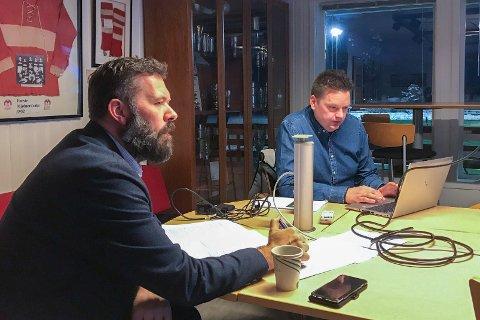 VIL HA AKTIVITET: Mjølner-leder Kenneth Hauge (t.h.) håper på kampaktivitet på stadion i 2021. Svein Erik Kristiansen (t.v.) ledet årsmøtet onsdag.