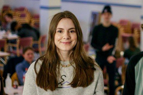 I FYLKESMESTERSKAPET: Fredag var det duket for fylkesmesterskap for ungdomsbedriftene i Nordland. Frida Smedseng (18) i ungdomsbedriften Stymo var en av elevene som fulgte spent med fra auditoriet på Frydenlund.