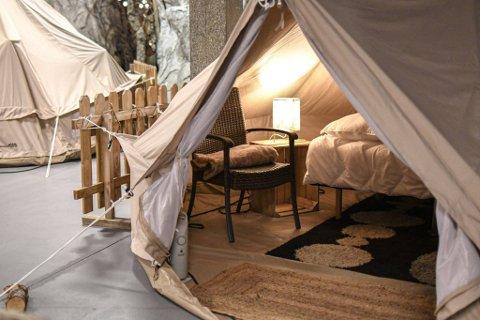 INNEDØRS: Fordelt på 1400 kvadratmeter kan man bo i slike telt - innendørs.