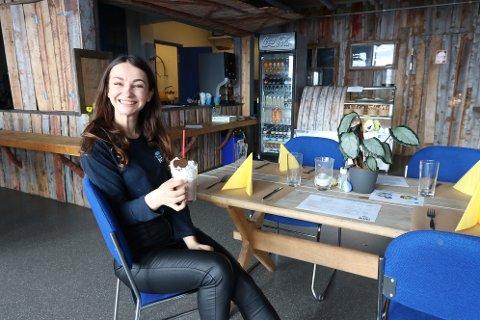 SERVERING: Her sitter Anastazia Hajduk i restauranten med en milkshake.
