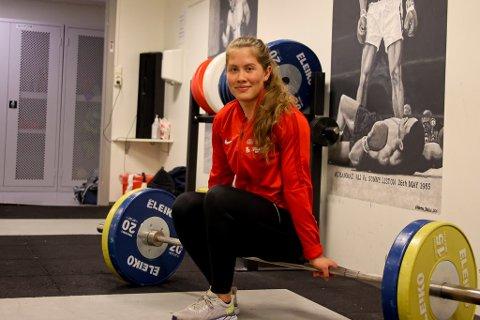 Ambisiøs balansegang: Vi møter Ane Westrheim på treningssenteret i Lodve Langesgate etter ei rolig formiddagsøkt. En kranglete skulder krever nøysom opptrening. Legeattest og pressekort gir legitim adgang til fasilitetene. Ane er hjemme i Narvik for litt rehab og praksis på UNN. 23-åringen utdanner seg som fysioterapeut i Norge og Nederland og balanserer krevende studier med sterk satsing på den store lidenskapen; vektløfting.