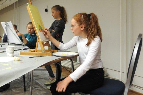 Lærte masse: Sofia Liljebakk (10, veldig snart 11) begynte sommerferien med kurs i malerkunsten på Galleri Ofoten i Narvik kulturhus. Hun følte hun hadde lært masse gjennom intensive timer med pensel og palett.