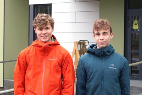 Alle monner drar: Johannes Kjos og Matias Karlsen representerer eks-klasse 10 D som avsluttet tre års skolegang ved Narvik ungdomsskole i juni. Da en avsluttende klassetur ikke kunne gjennomføres som planlagt, ble overskuddet fra klassekassa gitt til Barnekreftforeningen.