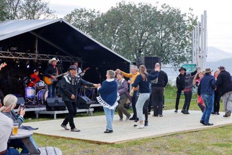 God køntri-stemning: Festivalfolket lot seg ikke be to ganger da det første bandet entret scenen. Det var god stemning fra første stund på festivalplassen.