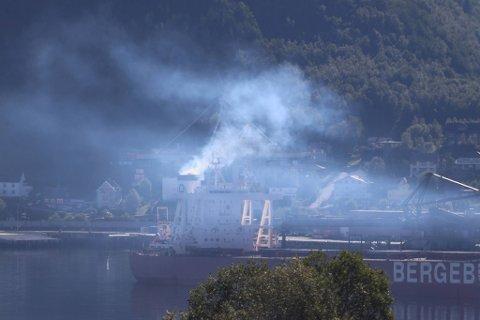 SMOG: Det kan se ut som dampen stiger opp fra et av skipene som ligger til kai i havna.