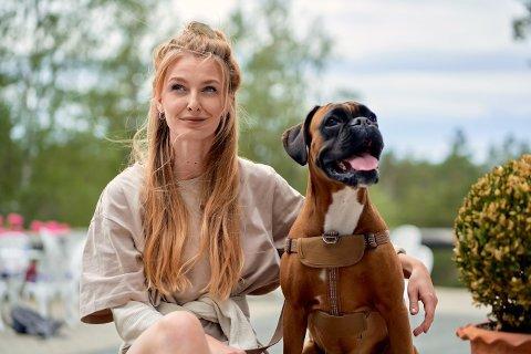 PÅ TV: Narvikjenta Emeli Jakobsen og boxeren Louie blir å se på NRK seks søndager fremover.