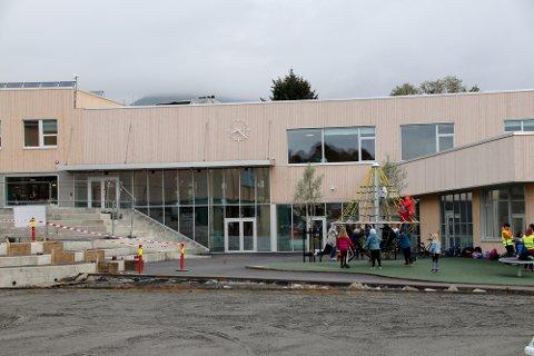 Evenes skole på Liland bærer preg av fortsatt å være litt byggeplass, men om kun få uker skal alle de store brikkene ha falt på plass - både innvendig og utvendig.