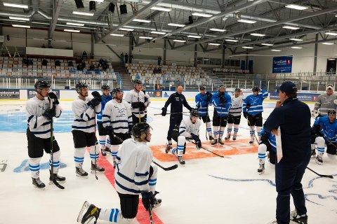 Sportslig leder André Lysenstøen ledet Arctic eagles første trening på is foran sesongen.