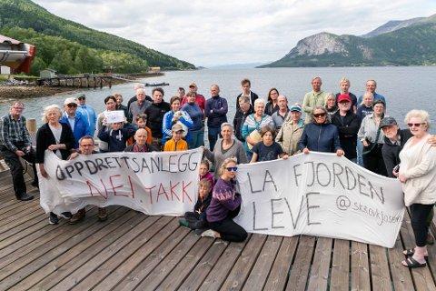 AKSJONERTE: Rundt 40 personer møttes på kaia i Skjellesvik for å aksjonere mot de planlagte oppdrettsanleggene i Skrovkjosen i Tysfjord.