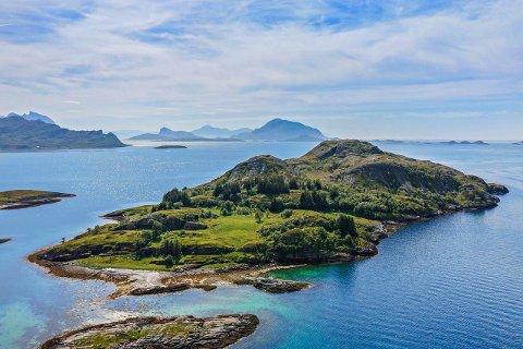 Øy-perle: Bjørnøya ligger i underkant avtre kilometer fra nærmeste fastland i Rødøy kommune. Nå lanseres det storstilte planer her.Bilde hentet med tillatelse fra REDE Eiendom.