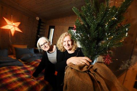 SOVEROM: Konservatorene Kjersti Braanaas Moen (t.v.) og Else Braut konstaterer at juletreet har inntatt soverommet når de pynter Vy-hytta til jul for å vise essensen i den moderne hyttejula anno 2019.