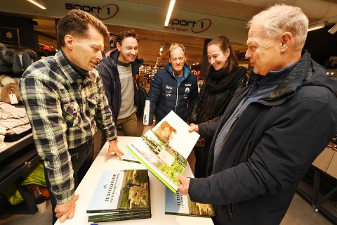 FORNØYDE: Fredag fikk de se resultatet av noen hektiske måneder med enda et bokprosjekt. Forfatter Øyvind Wold (t.v.), kartansvarlig Bernt Bjørnsgaard, kjentmann Jo Stenersen, grafisk designer Laura van Arkelen  van As og prosjektleder Fred Gade håper på en ny salgssuksess med sykkelturer. Skiboka er solgt i 1.700 eksemplarer.