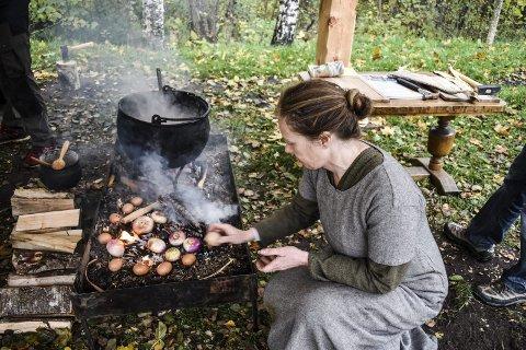 EGG og NEPER: Kari Helland forteller at Vestfold er et rikt fylke på gode råvarer, Her koker hun egg og neper på bålet. I en egen kokebok kan du få mange gode tips om sunn kost.alle  FOTO: JAN BROMS