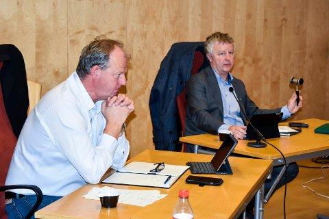 MØTE: Administrasjonssjef Ragnar Sundklakk og ordfører Are Karlsen (t.h).