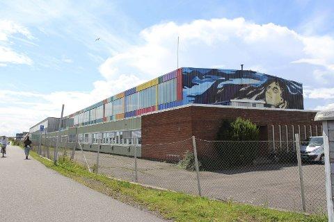 HAC: Det digre bygget fikk farger i sommer, på oppdrag fra Horten kommune.