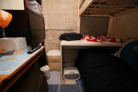 «FORFERDELIG OG SKREMMENDE»: Politiet fant dette rommet i kjelleren da de etterforsket mannen som nå er dømt for overgrep. Nordre Vestfold tingrett betegner funnene hjemme hos ham som «forferdelige og skremmende» i dommen.