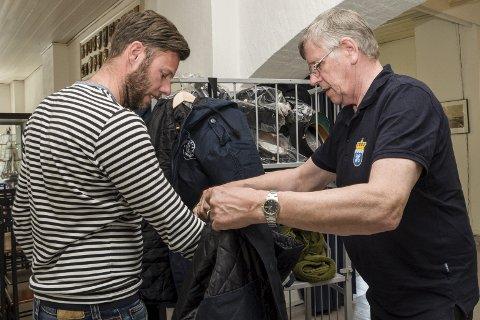 BIDRAG: Pensjonert orlogskaptein Thor Hestnes hjelper Dag Rangaar Larsen når han er innom for å kjøpe av Forsvarets restelager fra depoet.