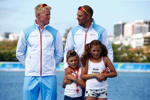 PREMIEUTDELING: Kjetil Borch og Olaf Tufte, med barna Herman Aurelius og Mie Lovise, på pallen i OL etter bronsemedaljen.