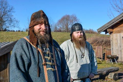 POPULÆRT: Lekegoden (Jonas Berlin) og trollet (Morten Markseth) lærer barn hvordan vikingene lekte.
