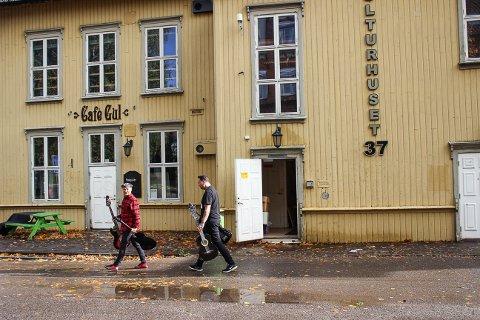 FLYTTER: 20. oktober arrangeres Åpen Scene igjen, men denne ganges flyttes det til Artilleriverkstedet på grunn av ombygging av kulturhuset 37. Kenneth Aasheim og Patrick Piang-Nee lover at tilbudet ikke blir noe dårligere.