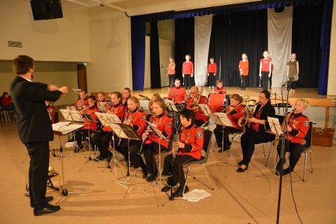 IMPONERTE: Horten Skolekorps hadde høstkonsert med «Solistenes aften» på Holtan ungdomsskole. Inge Hatlelid vikarierte som dirigent.