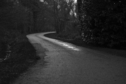 MØRKT: Selv om det nærmet seg midnatt og det var noen kilometer til trygghet hos venninnen, valgte kvinnen å kjøre med promille i blodet.