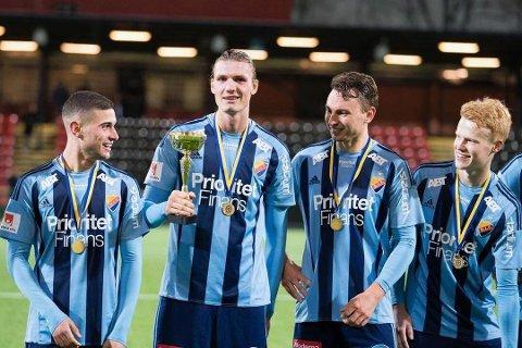 MESTER: Julian Kristoffersen med medaljen og pokalen som Djurgårdens U21-lag fikk da de ble svenske U21-mestere for 2017-sesongen.