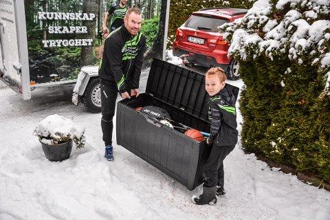 TUNGT: Kenneth Reiss får hjelp av sønnen Theodor (snart 9) til å frakte den store kassen med leker og sportsutstyr over i tilhengeren.