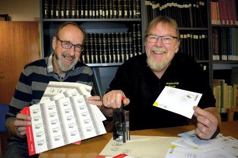 POSTKONTOR: Terje Thorbjønsen og Arnfinn Karlsen er klare med stempel, konvolutter og frimerker.