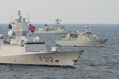 NORGE: Fregatten F312 var flaggskipet i den maritime NATO-styrken som Norge ledet i 2017. Stian Aarkvisla Johannessen jobbet i maskinrommet.