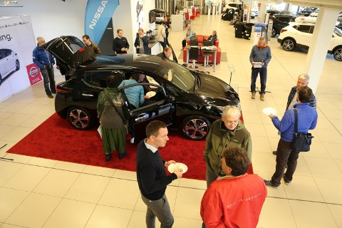 LAVT PRISET: Nye Nissan Leaf starter på 236.000 kroner, det er en nesten oppsiktsvekkende gunstig pris på en bil med rekkevidde på 378 kilometer. Bildet er fra førvisningen av bilen hos Vestfold Auto i Tønsberg nylig.