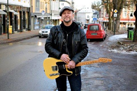 BLUESMANNEN: Knut Eide er en kjent og dyktig bluesmusiker - med base i Horten.