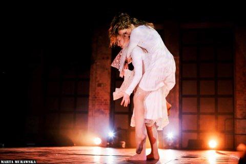 KOREOGRAFI: Mille Mikkelsen (14) og Tuva Østensen (15) har selv koreografert dansen de fremfører.
