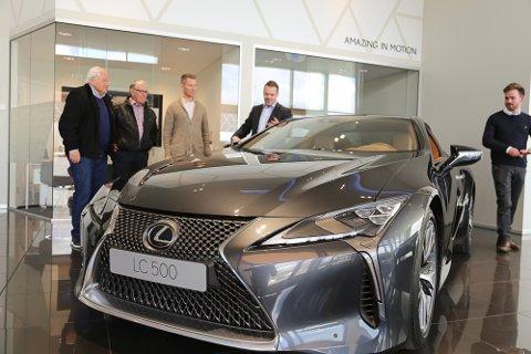 VISTE FRAM: Robert Smeby (nr. 4 f.v.) inviterte kunder til en sniktitt av nye Lexus LC 500.