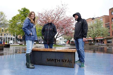 SAMARBEID: Silje Vaadal, Katja Buen og Dino Trto er fornøyd med samarbeidet mellom kommunen og Smith Stål om de nye benkene på torget.