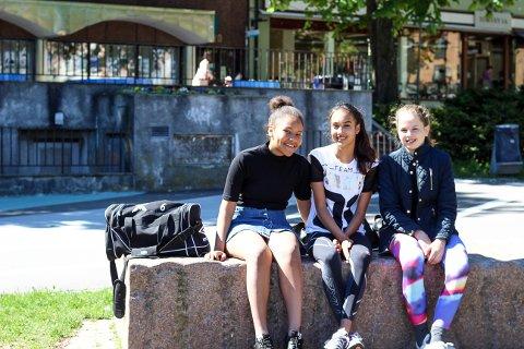 GLEDER SEG: Vanessa Alexandra Knapstad (13), Mathilde Thon Gjesdal (13) og Selma Sofie Svensen (12) ser fram til å begynne på ungdomsskolen.