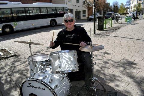 TROMMIS: Kaare Holm dundrer løs i et utall band. Det har han gjort siden 70-tallet. Han er også med i High Hopes som inntar Redninga fredag og lørdag med til sammen tre konserter.