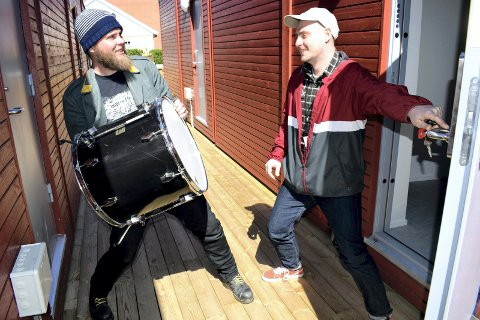 """INN MED MUSIKKEN: Øystein G. Åsen (t.v.) og Dino Trto i Kongkamerat var det første til å """"kaste"""" utstyret inn i de midlertidige rockebrakkne i Prestegata."""