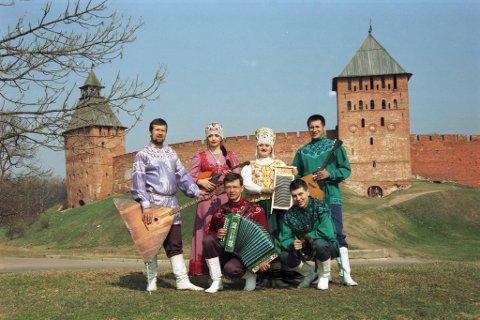 NOVGOROD MOSAIC: Ensemblet består av profesjonelle russiske folkemusikere i mange aldere.
