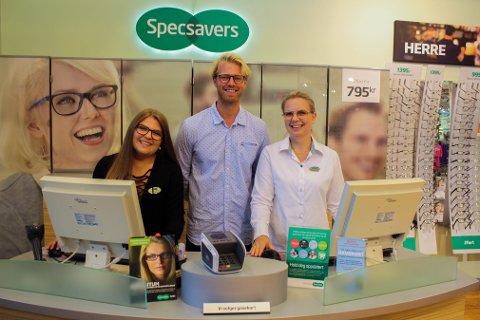 HORTEN: Eilev Bjerkerud er ambassadør for Årets Brillemodell. Her sammen med Amalie Enghaug og Monica Væthe i Specsavers Horten.