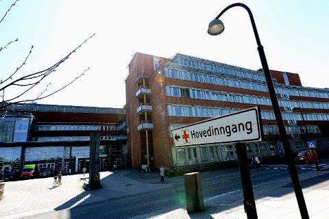 DØDSFALL: En pasient som var smittet av koronaviruset døde søndag på Sykehuset i Vestfold. Det er det sjuende koronarelaterte dødsfallet ved sykehuset.