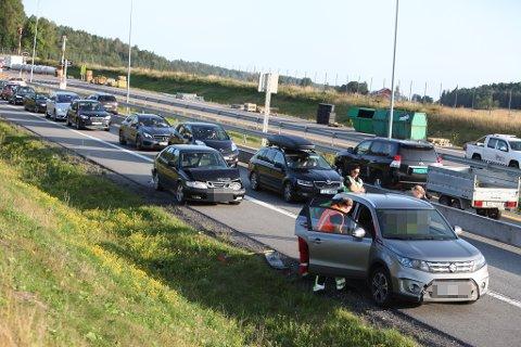 ULYKKE: Det ble full stans på E18 i nordgående løp da tre biler ble involvert i en kollisjon.
