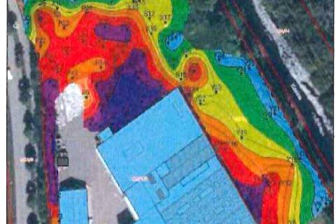KARTLEGGING: Det er påvist store mengder forurenset masse i bakken rundt den lyseblå produksjonsbygningen i Moloveien. Verst er det ved de lilla og mørke feltene, med avtagende forurensing ut mot det blå. Det grå feltet er den gamle batterifabrikkens asfalterte område hvor bakken ikke er sjekket. Heller ikke er bakken under produiksjonsbygningen kontrollert. (Illustrasjon: Norconsult.)