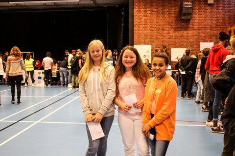 SJUENDEKLASSINGER: - Det var spennende å lære litt av alle språkene, forteller Lisa Wikse (11), Leonore Larsen (12 og Sidra Kuti (12) .