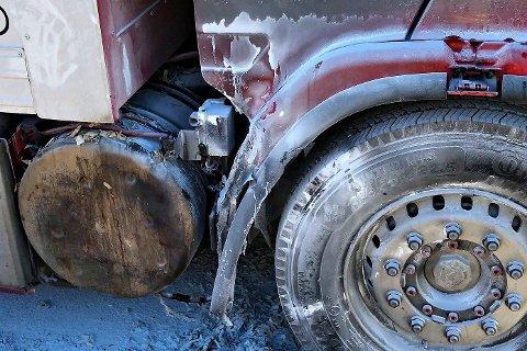 VARMT: Temperaturen har vært så høy at deler av førerhytta på lastebilen har smeltet.