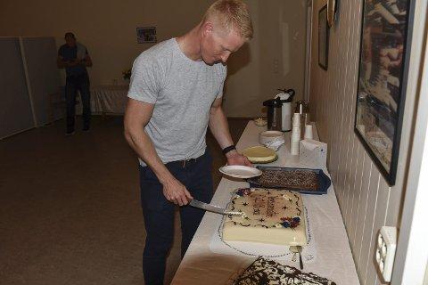 VM-KAKE:  En stor marsipankake med påskriften «verdensmester Kjetil Borch» falt i smak hos hovedpersonen.